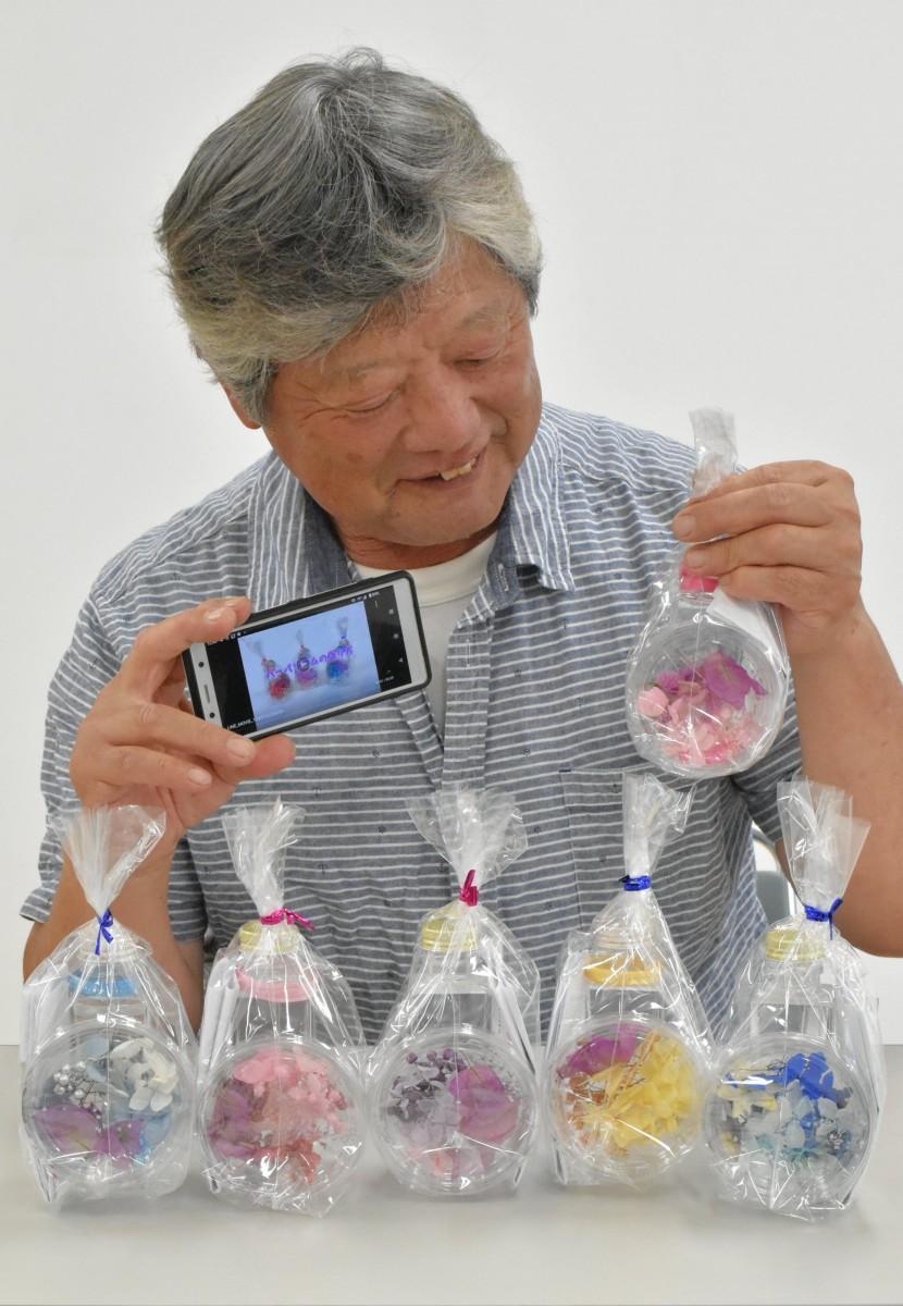 キットを手にする「ハナカイドウ」の石井正美さん