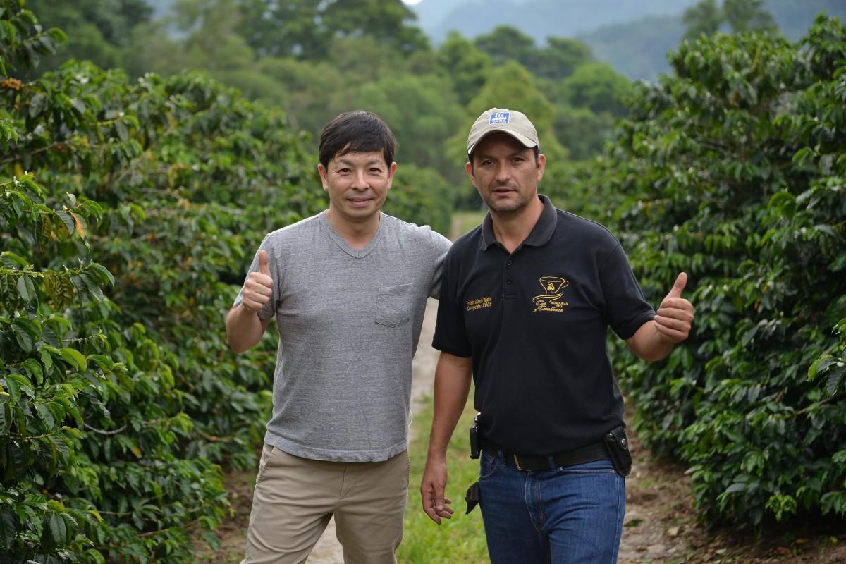 ホンジュラスのコーヒー生産者、フランクリン・マドリッドさん(右)と葛西甲乙さん(左)