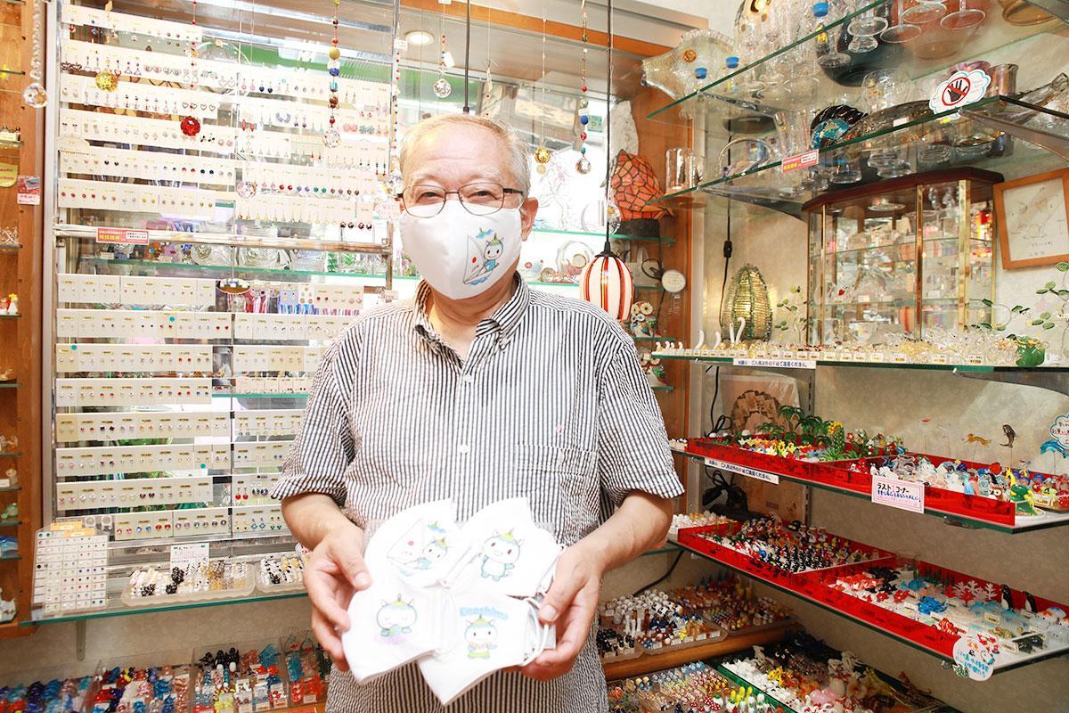 「ふじキュン」マスクを手にする福島進さん