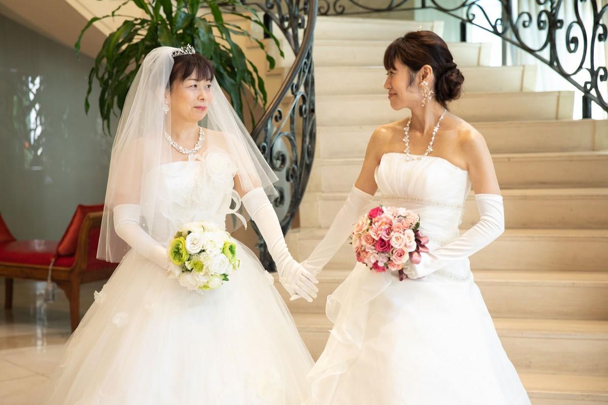 同性婚挙式を執り行い、晴れやかにウェディングドレス姿を見せた早織さんとパートナーの由佳さん