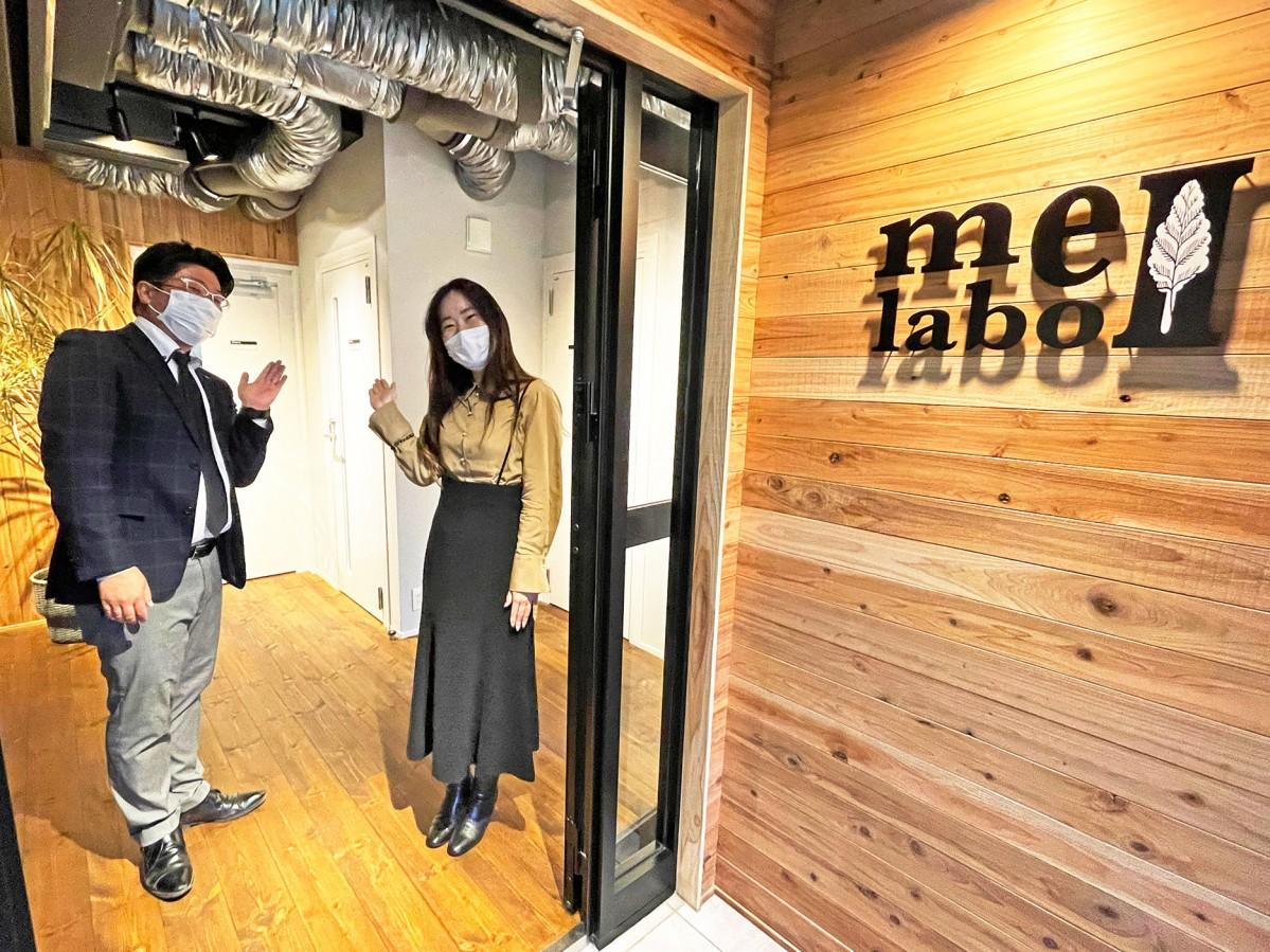 me-labo2で現場を案内する担当者の鈴木良隆さんと貞松尚美さん
