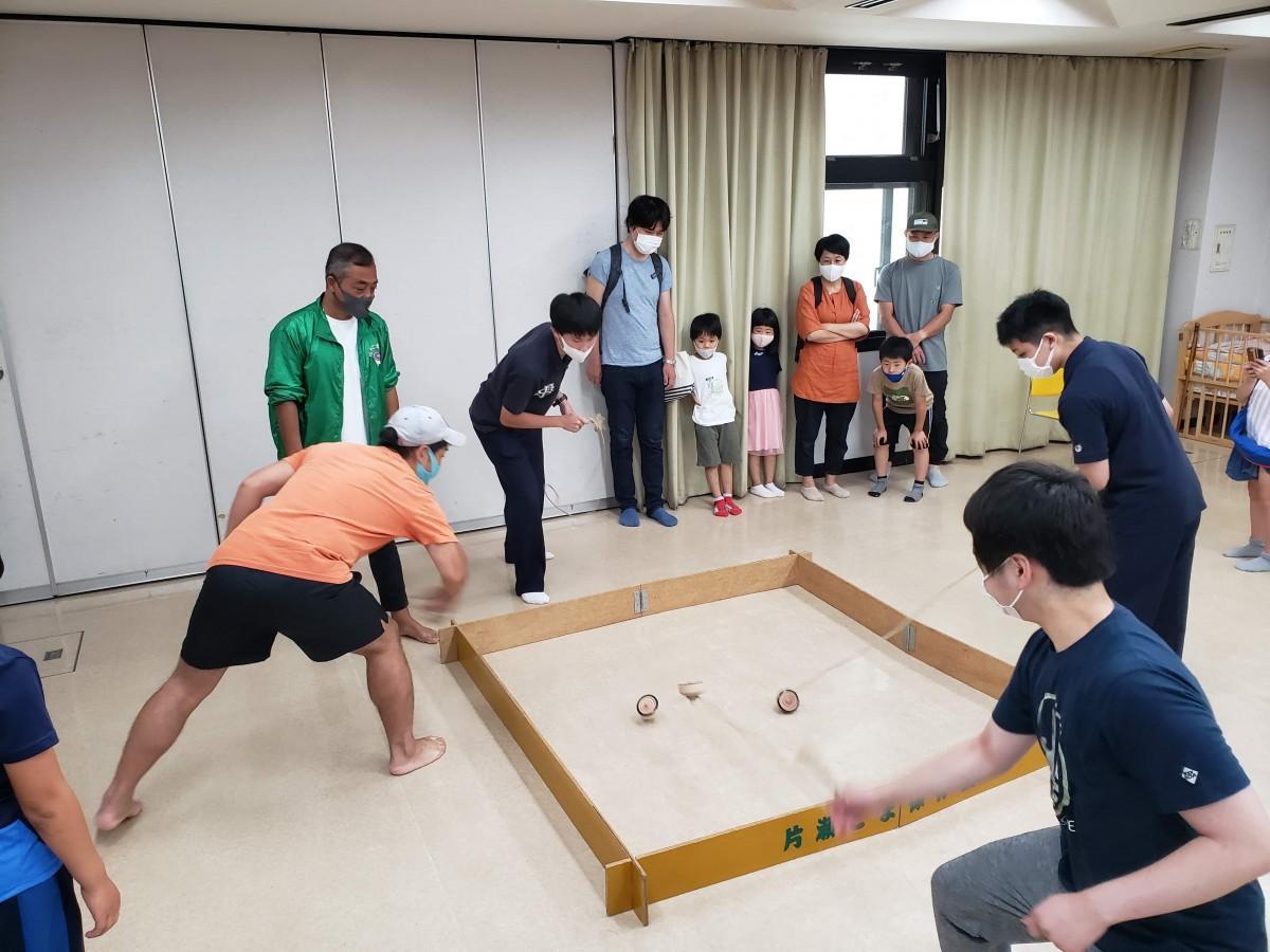 6月に行われた片瀬こまのミニ大会で長回し対決を楽しむ参加者
