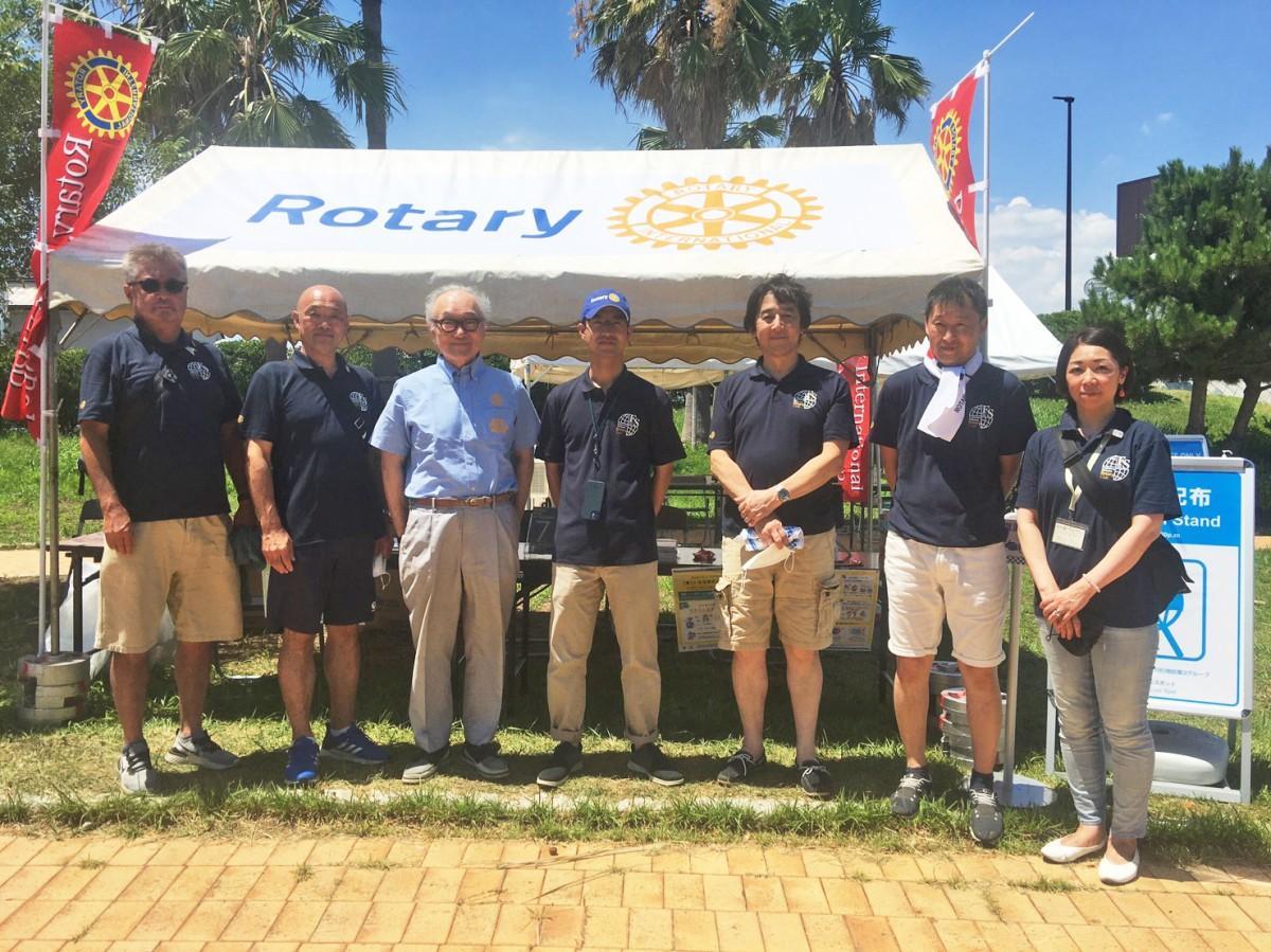 初日のクールスポット運営業務に従事する、ふじさわ湘南ロータリークラブのメンバー。中央が岡本将太会長