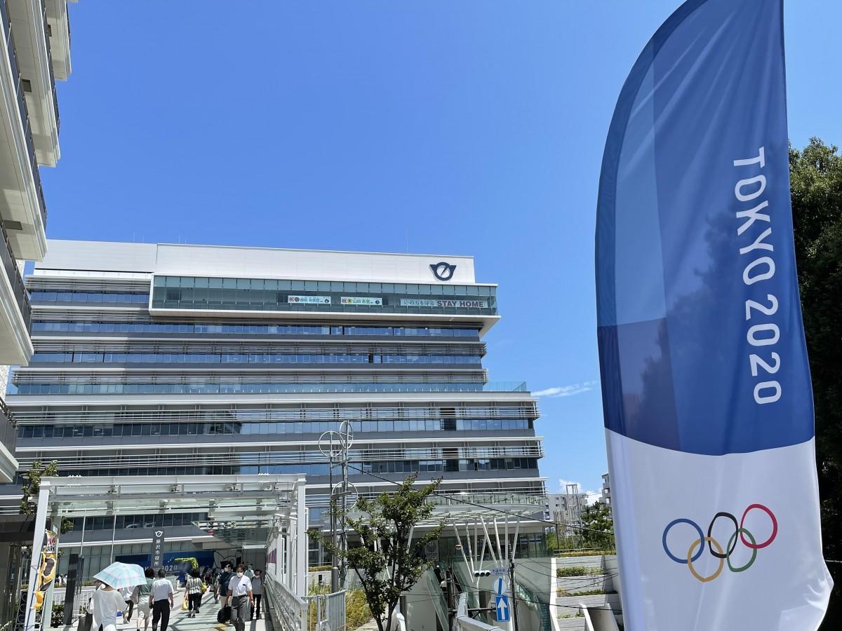 藤沢市役所本庁舎9F展望フロアに掲げられたソフトボールの山田恵里選手とサーフィンの都筑有夢路選手の横断幕。1Fには垂れ幕メッセージも