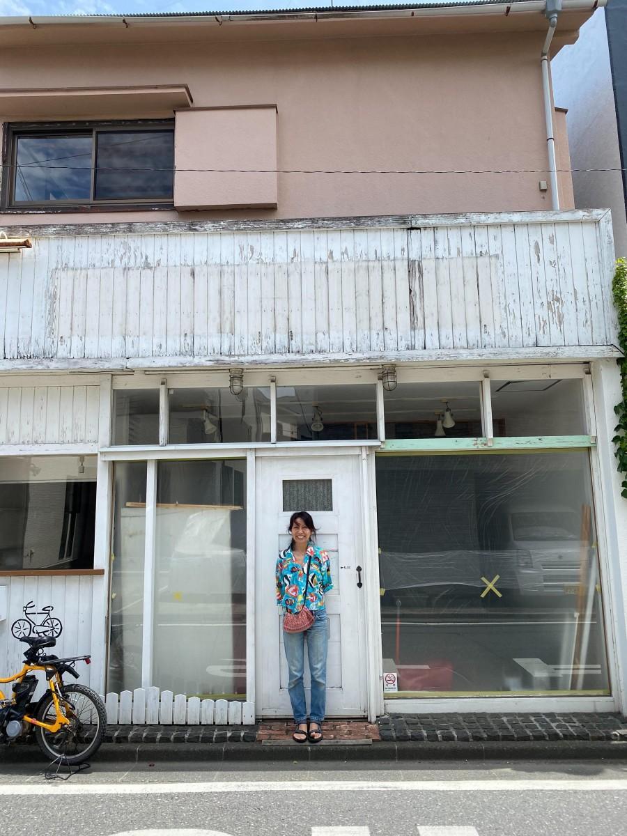 7325コーヒーの跡地で笑顔を見せるオーナーの椎根由美子さん。