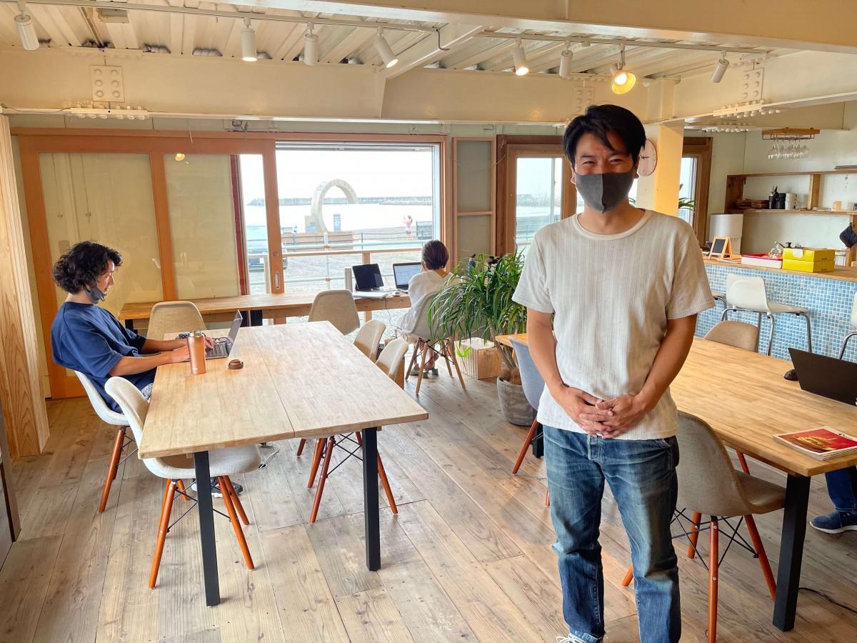 Cの辺り店内で笑顔を見せるオーナーの池田一彦さん