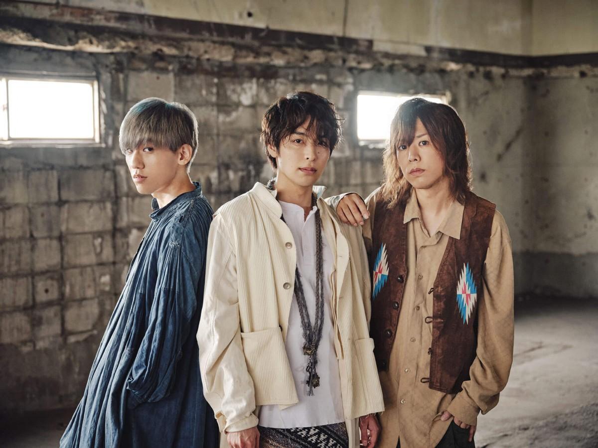 シアノタイプのメンバー3人。左が藤沢出身のベーシスト西間木陽さん。中央がボーカルの海宝直人さん。右がギターの小山将平さん。