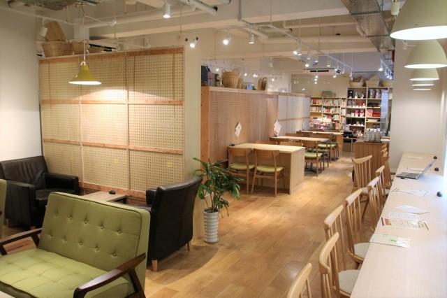 カフェ広くなった雑貨・書籍販売スペース