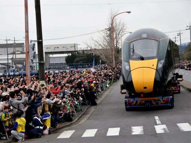 英国向け高速鉄道車両の昼間陸送。3万人の観客でにぎわう