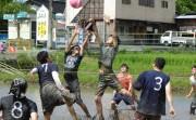 周南・長穂で「泥んこ祭り」 バレーやビーチフラッグなどでチーム対抗戦