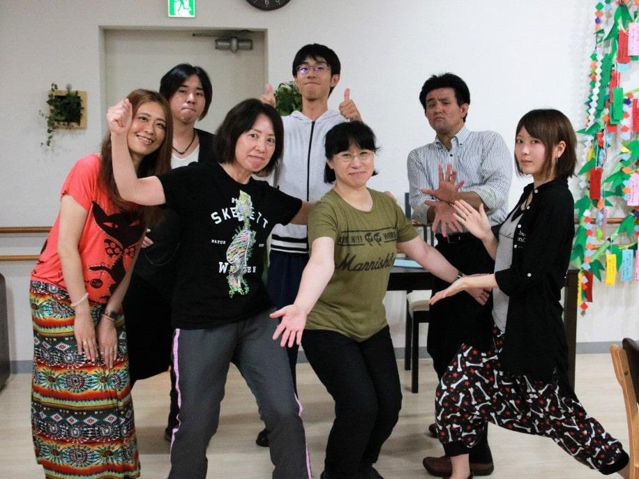 礒嶋彰子さん(左から3番目)と出演者ら