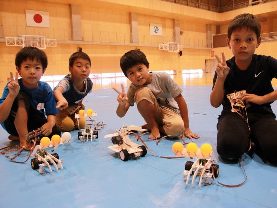 ロボット完成を喜ぶ子どもたち