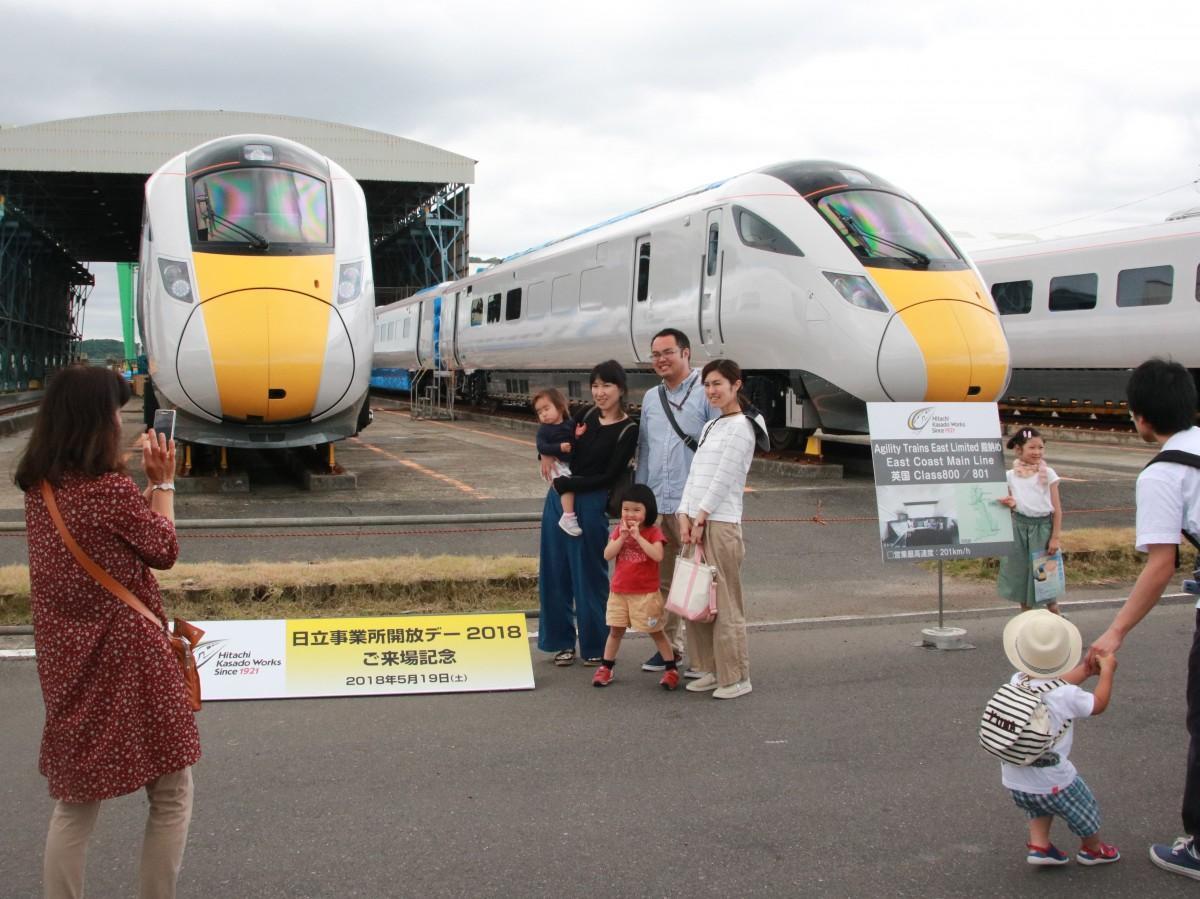 英国向け高速鉄道車両Class800を前に記念撮影をする来場者