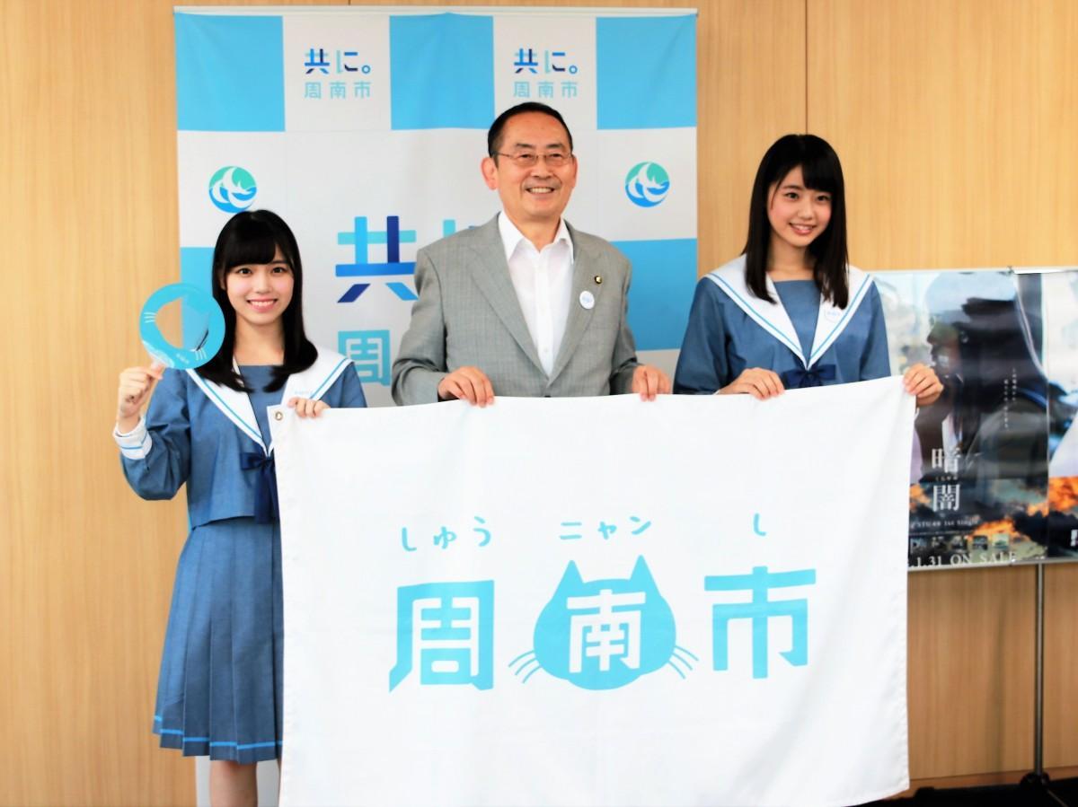 岩田陽菜さん(左)と木村市長(中央)と瀧野由美子さん(右)