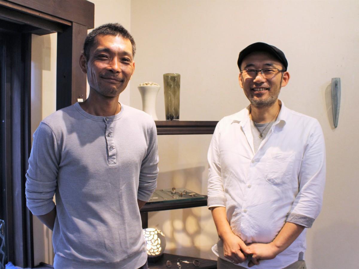 吹きガラス作家の伊藤さん(左)と彫金作家の佐伯さん(右)