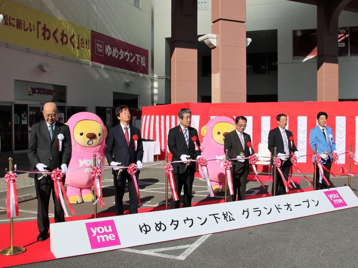 オープンセレモニーにてテープカットをする国井下松市長