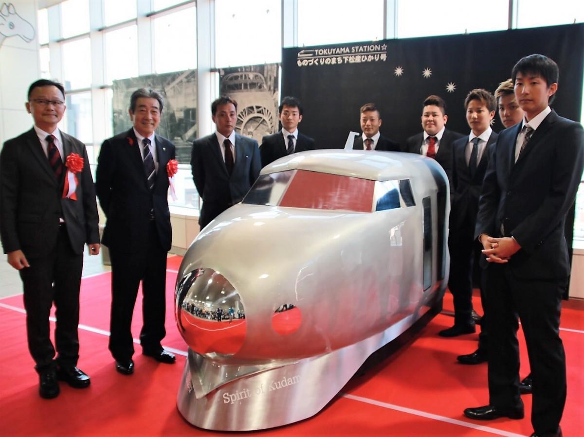 左から山下工業所・山下社長、國井下松市長、竹尾さんと製造に携わった同社社員