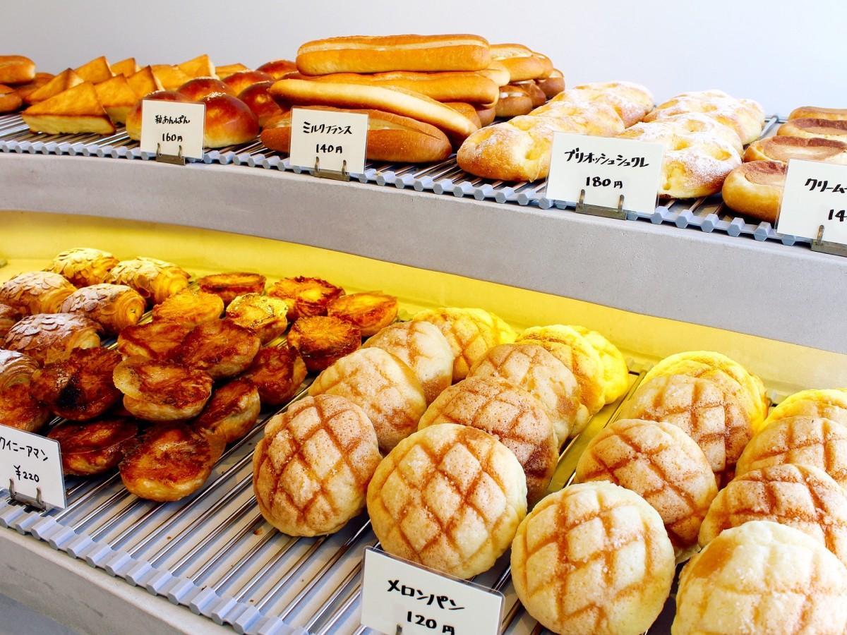 焼き立てのパンが並ぶ店内