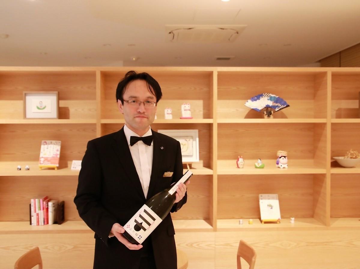 阿武の鶴酒造「三好 Black」を持つ末岡さん