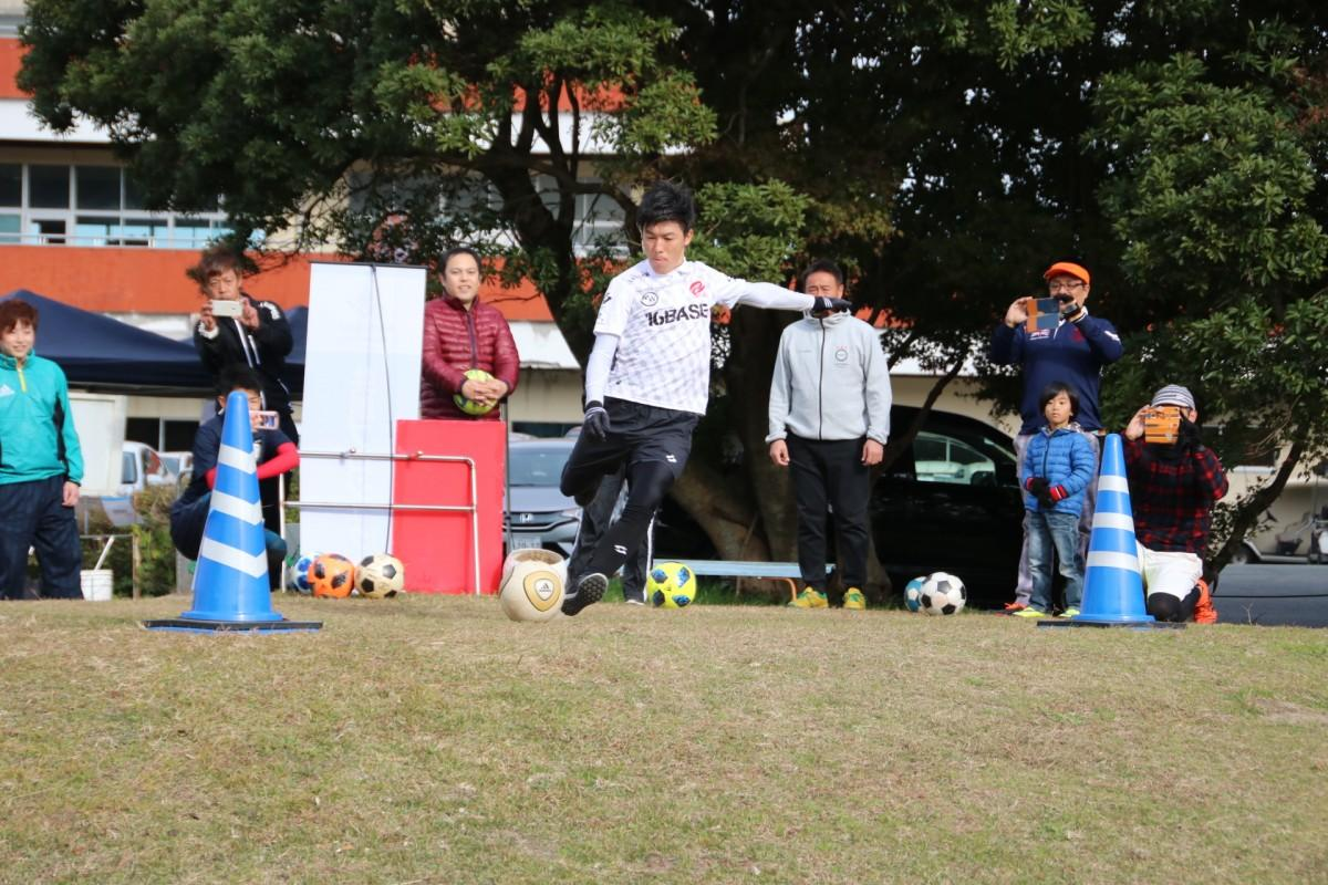 ボールを蹴る日本代表の安村翼さん