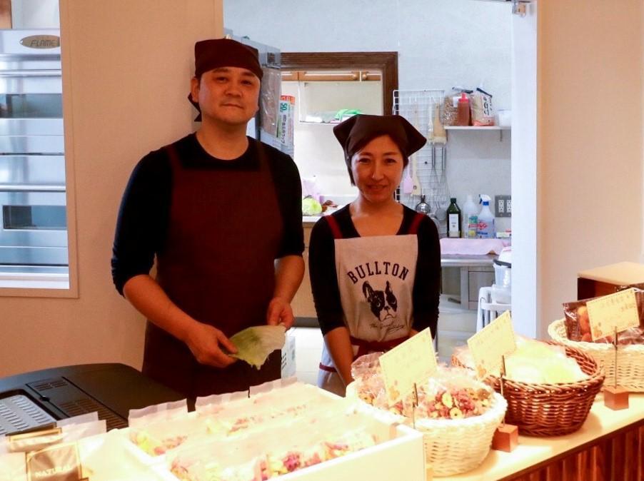 中国人店主チャンさん(右)