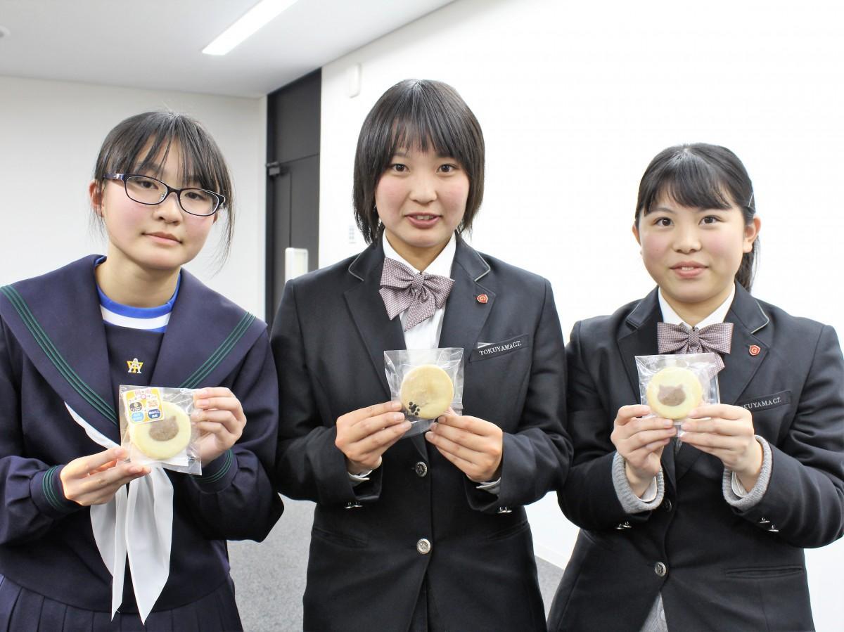 「周南クッキー夢サンド」を持つ原さん(左)と桑田さん(右)