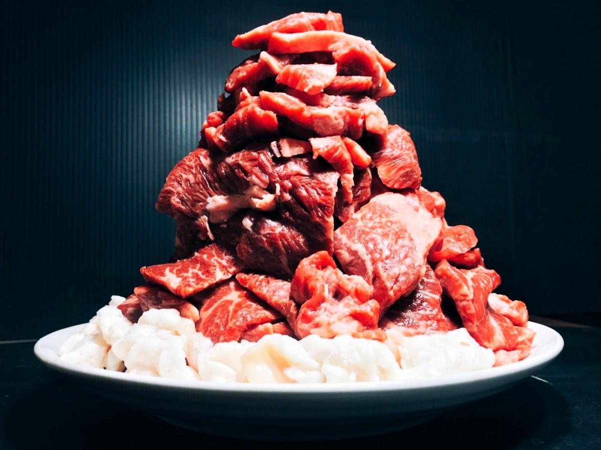 肉1キロを山のように盛りつけた「太華山」(6,000円)