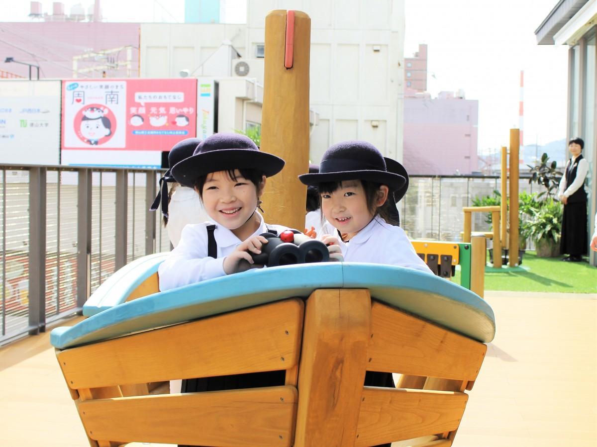 船型遊具「森の湖のボート」で遊ぶ園児ら