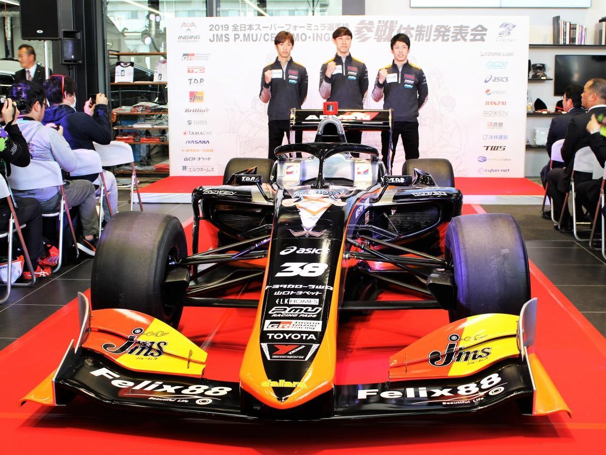 新型マシン「SF19」と立川監督と石浦選手、坪井選手