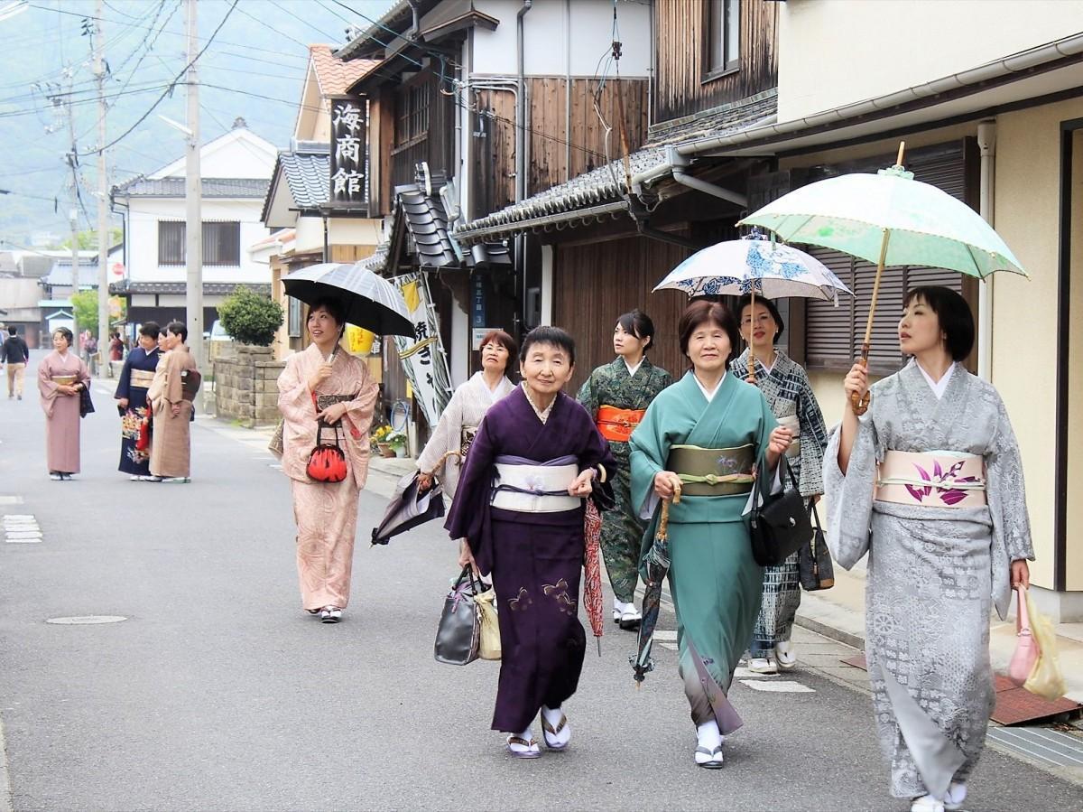 着物で散策する参加者の様子
