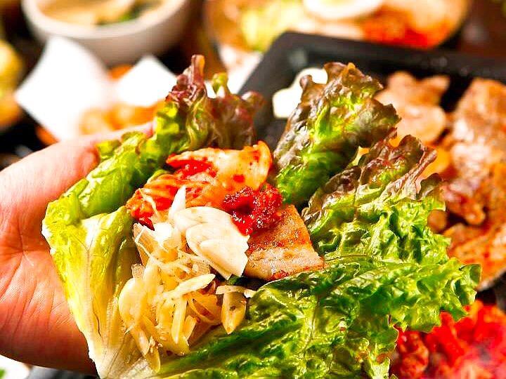 焼いた豚肉を野菜で包んで食べる韓国料理「サムギョプサル」