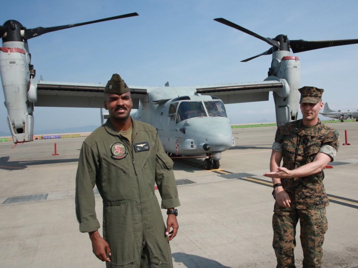 MV-22オスプレイのパイロット、ジェローム・ミラー大尉(左)