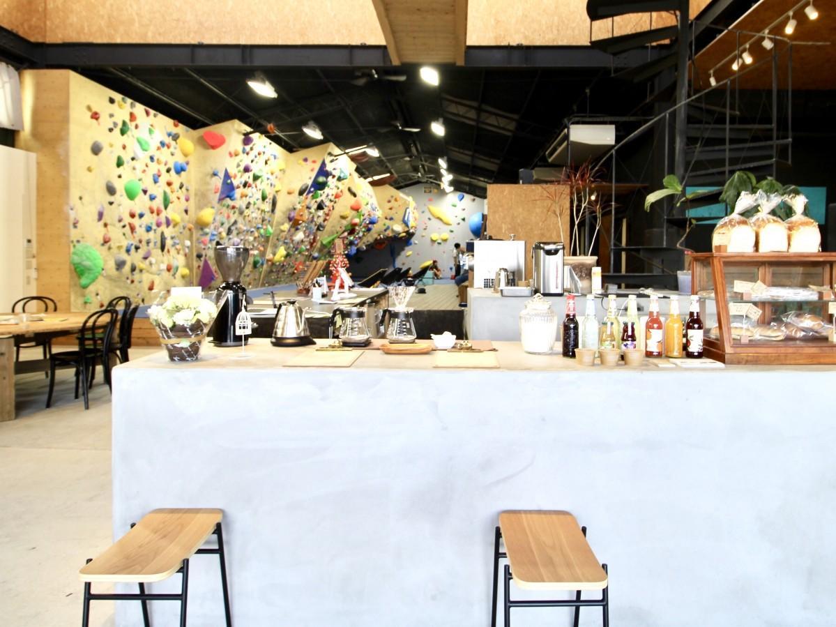 新たにカフェスペースが併設された店内