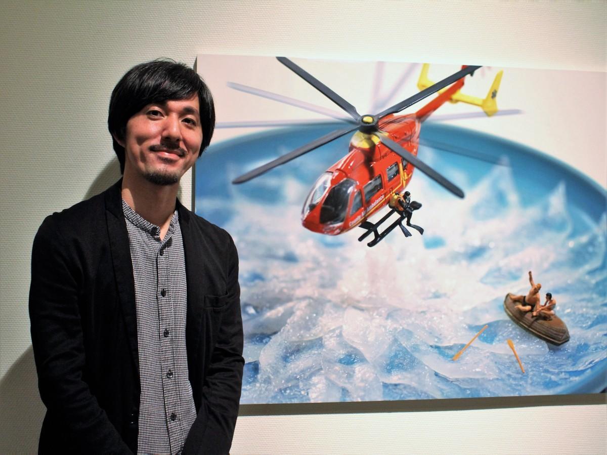 来場を呼び掛けるミニチュア写真家・田中達也さん