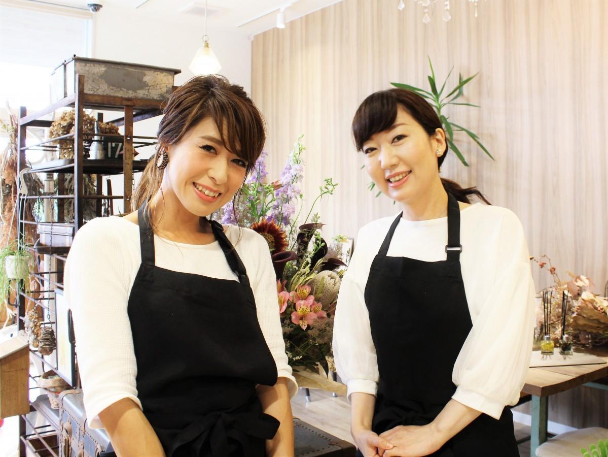 (左から)園芸担当者の水津さん、サロン担当者の内山さん