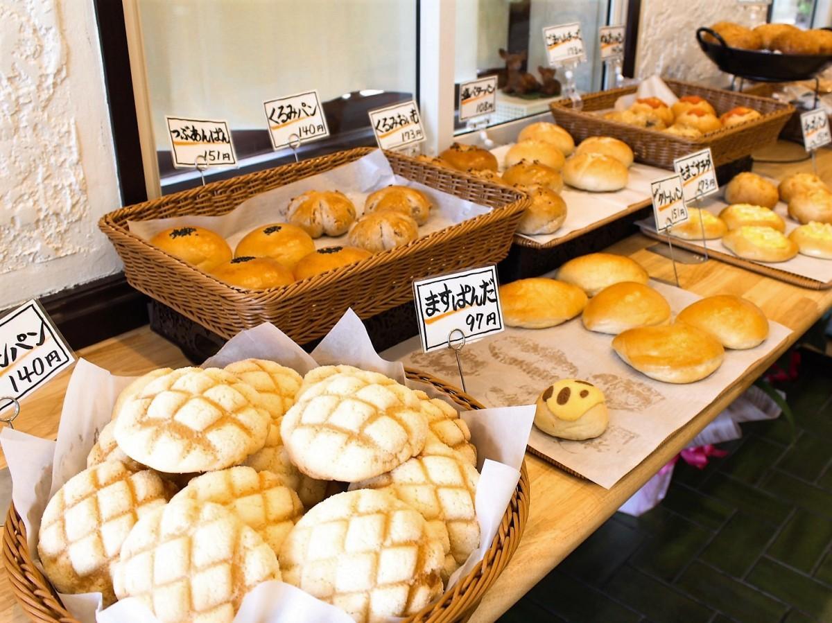 メロンパンなど焼き立てパンが並ぶ店内