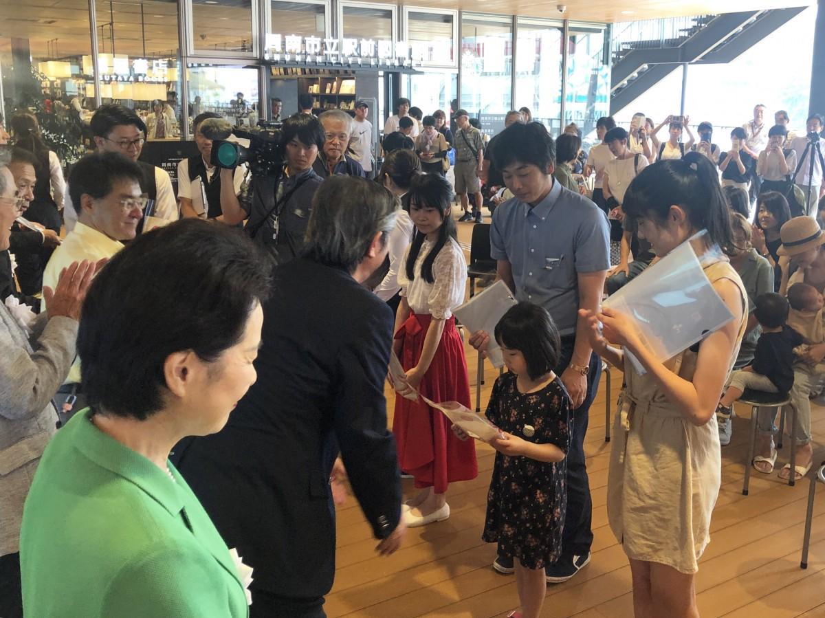 記念品を贈呈する藤井周南市長(手前)ら