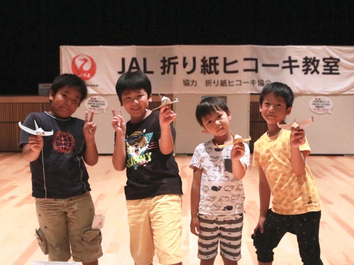 滞空時間競技会で優勝した武居さん(右から2番目)と上位入賞者