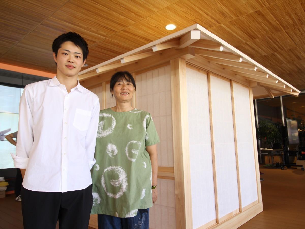 茶室の前で来場を呼び掛ける川根さんと長弘さん