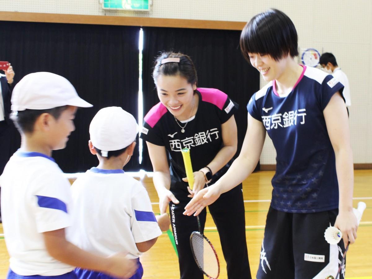 グエン選手らに握手を求める児童たち