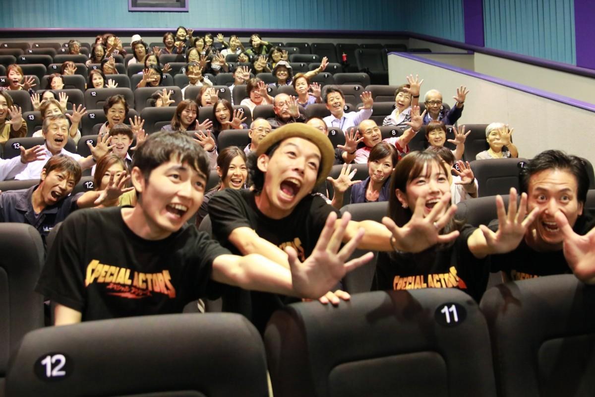 来場者と集合写真を撮る上田監督(中央)と出演者ら
