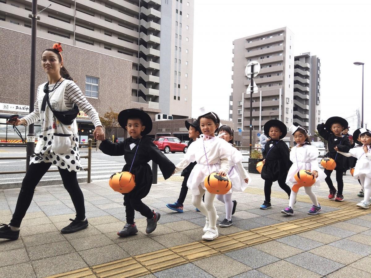 街を歩く園児ら