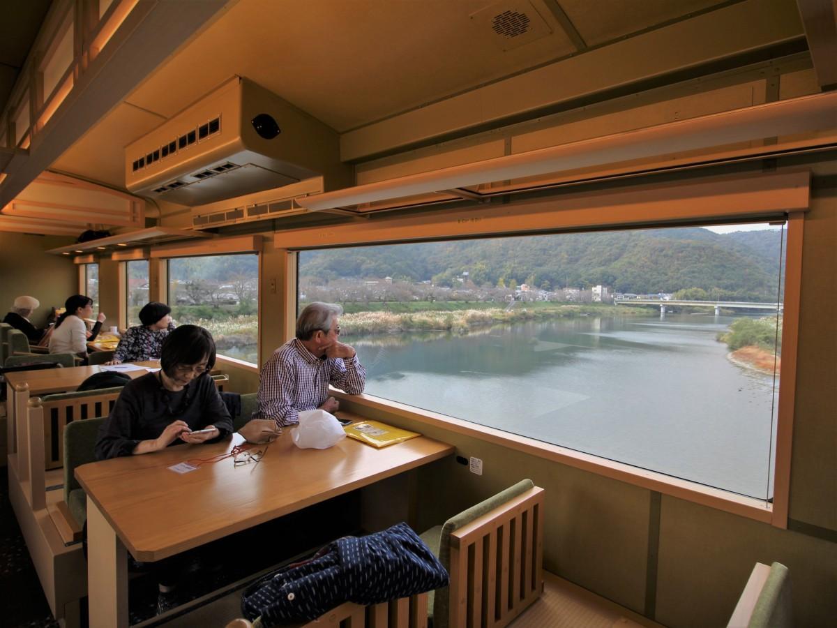 車窓から錦川を眺める参加者たち