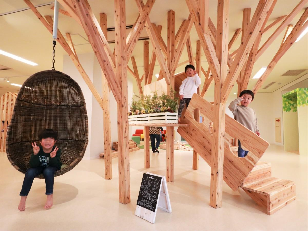 同施設のシンボルとなるツリーハウスで遊ぶ子どもたち