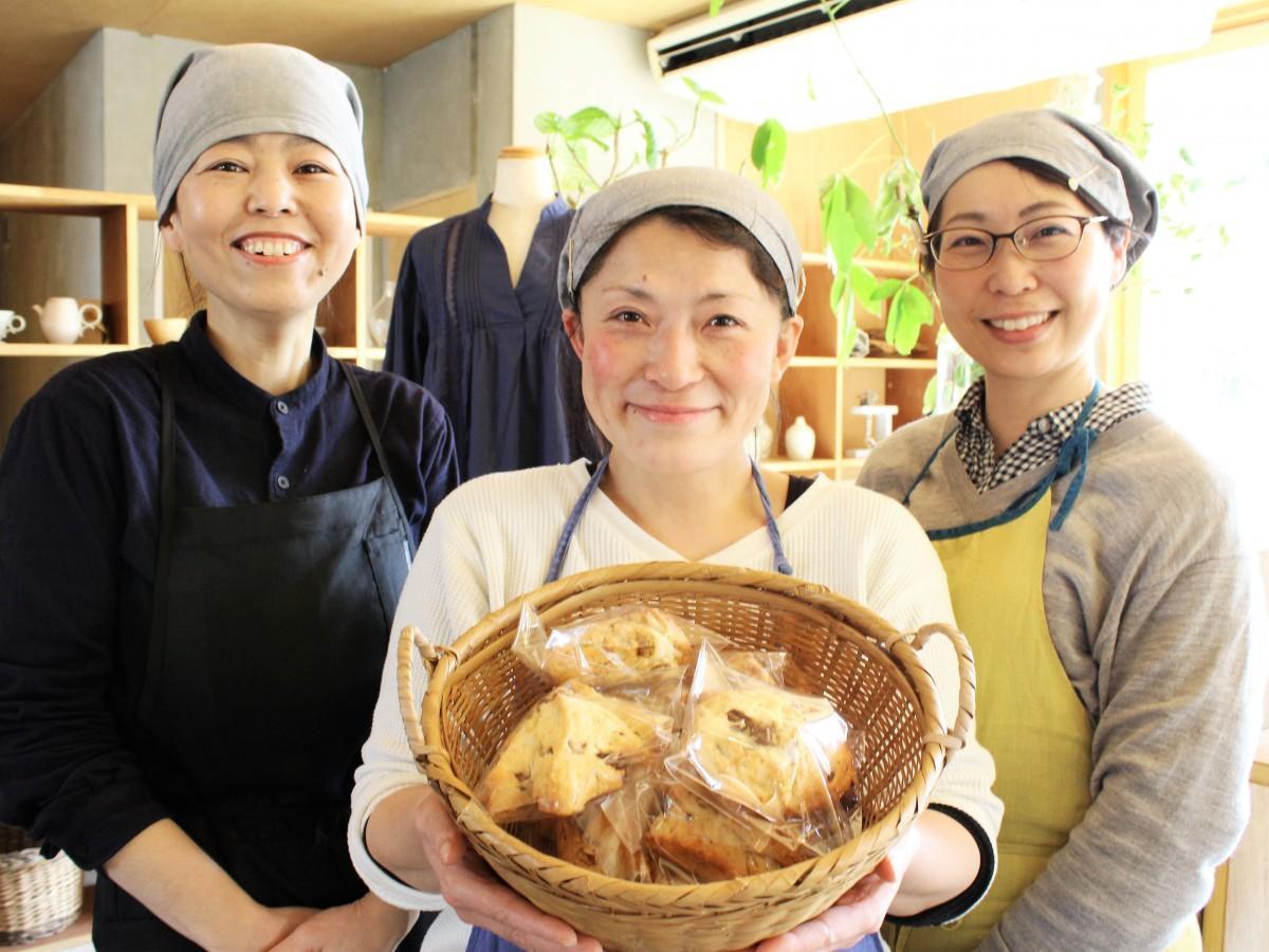 「パコーン」を手に来店を呼び掛ける増野さん(中央)