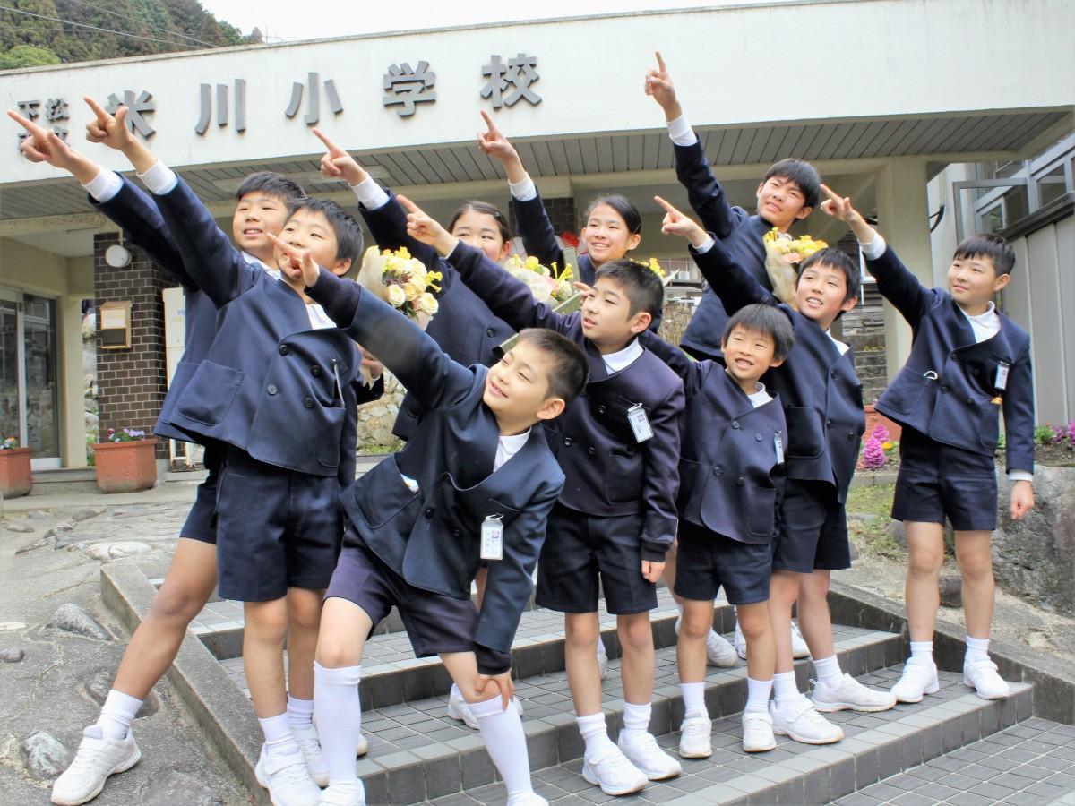 空を指さす米川小・全校児童