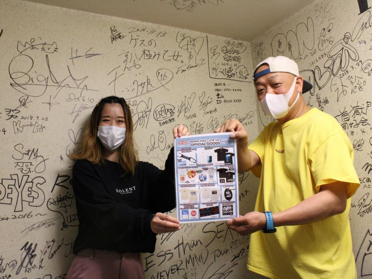 アーティストのサインが記された階段でPRする店長の「ピッコロ」さん(右)