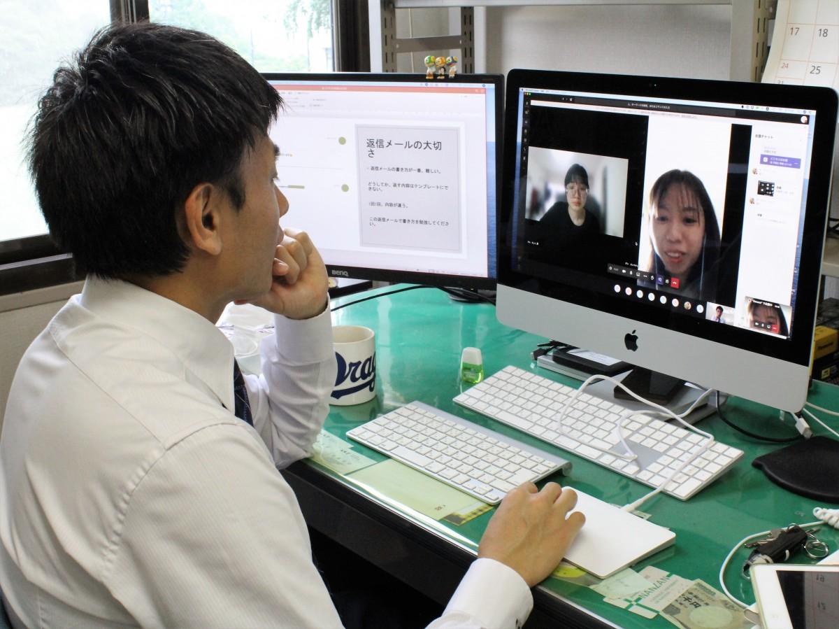 徳山大学の留学生にオンライン授業を行う立部さん