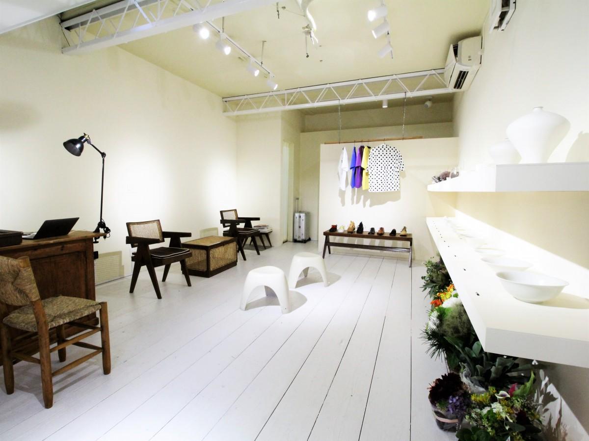 陶磁器やビンテージ家具が並ぶ店内