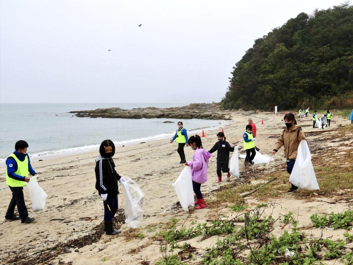 漂着ゴミを拾う小学生や中特ホールディングスの社員ら